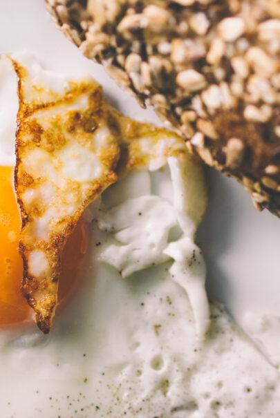 dieta treningowa - jajo sadzone i chleb pełnoziarnisty