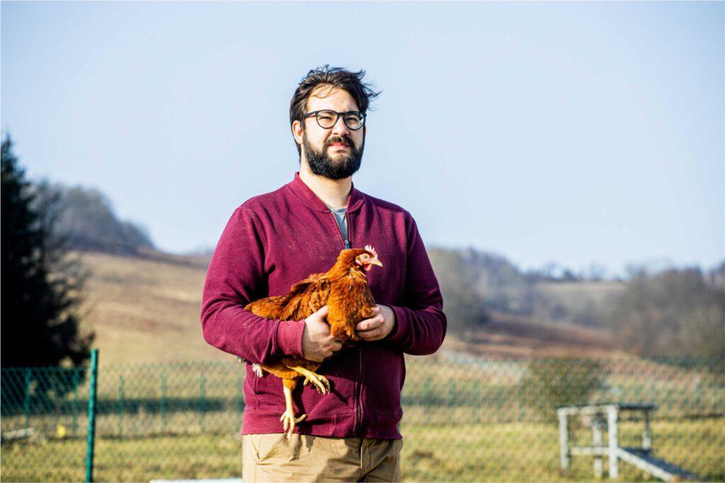 Mężczyzna trzymający kurę